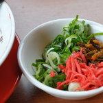天下一品 名張桔梗が丘店 - ネギ、にんにく、高菜、紅しょうがをセルフでトッピング