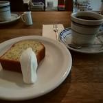 66280355 - レモンとポピーシードのパウンドケーキ、深煎りコーヒー