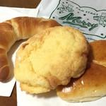 66281112 - 塩パンとメロンパンとクリームパン。