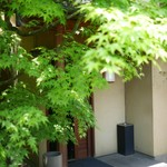 菊鮨 - 風情ある入口アプローチ