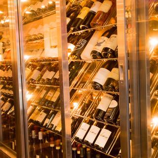 ソムリエ厳選のワインを多数完備
