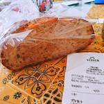 カフェ ストウヴ - 全粒粉パン 1/4で250円