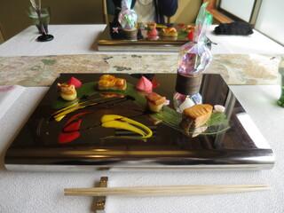 嵐山MITATE - 保津川の煌く水面に舞い踊る桜の花びら