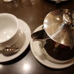 オー バカナル - ポットで出された紅茶@650