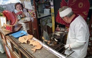 小椋商店 - おっちゃん、おばちゃんの二人三脚で頑張ってます。おばちゃんが持っているのがポスターに載ってる写真です。