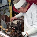 小椋商店 - 一丁ずつ丁寧に手焼きで作られます。