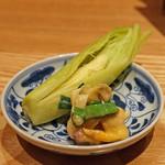 根津 たけもと - お通し 沖縄産のヤングコーンの塩茹で と 青柳のゆで身と九条葱