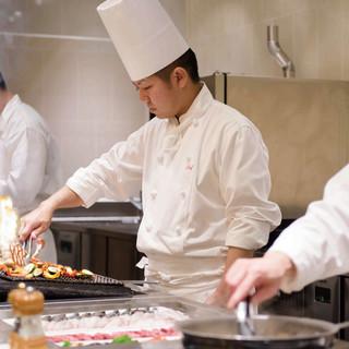 シェフが目の前で調理する「ライブキッチン」