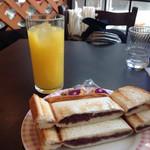 リヨン - 小倉あんプレスサンドとオレンジジュースのモーニングセット