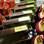 シェ・シバタ - ショーケースに並ぶショートケーキ。