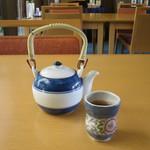 有磯 - サービスの急須に入った熱いほうじ茶