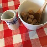 ミディリュヌ - 砂糖とミルク。  最近、この砂糖を見かける事が多いです。