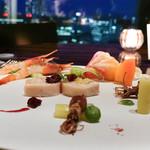 sky - 前菜:甘海老、春キャベツ、ホタルイカ、ホワイトアスパラ、フォアグラ、鳥胸肉のインブルティーニ