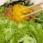 麺屋こころ - 食べる前に卵黄を潰し、具と麺を一体化させるためにしっかりとかき混ぜてていきます。