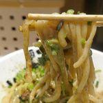 麺屋こころ - しっかりかき混ぜて麺をすすると、コシとモチモチ感に優れた太麺に、辛くて旨味に溢れる台湾ミンチ,コクに優れたニンニク、魚粉の美味しさが絡み合って激ウマな上に、大量に入った九条ねぎのおかげで後味スッキリ!