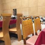 CURRY's TRIBE カレーなる一族 - テーブル席、カウンター席ございます店内です。
