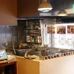 南インド料理ダクシン - ドーサ用鉄板の奥にはタンドール窯