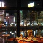6632118 - カウンター席からは那珂川の夜景