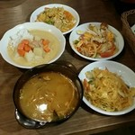 66330120 - トムヤムクン麺、マッサマンカレー、炒めカレー、サラダ3種、春雨炒め