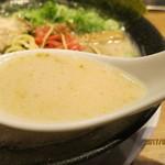 66335186 - 24時間とんこつを煮込んだとろみのあるスープにチャーシューの煮汁や秘伝の出汁を加え‥深みの味に仕上げる