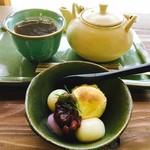 いいかふぇ - セットに付くドリンクは和紅茶を選択 デザートの白玉とアイス♪白玉美味しい〜