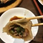 中華食酒館 天一坊 - 【2017.4.25】アッツアツの餃子の餡はしっとりとしています。