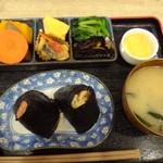 峠の玄氣屋 - ◆玄気セット(770円)を選び、おにぎりは「筍の炊き込みご飯」と「明太子」を。 これにお総菜数種類とお味噌汁が付きます。