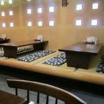 そば処 宗右ヱ門 - 中は落ちついた雰囲気、今回は一人だったからテーブル席を利用してお蕎麦をいただきました。