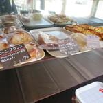 サンローラン - 総菜パンも豊富。