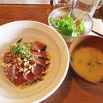 焼鳥 焼牛 健 - サラダと味噌汁付き。