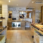 Bakery&Cafe BakeAwake - 広々としたパン売り場でゆったりとお買い物を!