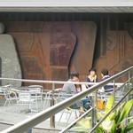 パティスリー イル・プルー・シュル・ラ・セーヌ - 造形美あふれるテラス壁面