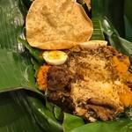 アプサラ レストラン&バー - バナナリーフ包み - 3 具の下に味の染みたご飯