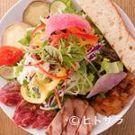 サラダレストラン Mr.&Mrs.GREEN - 『ごちそうサラダ』はお肉が3種類乗った贅沢な一品