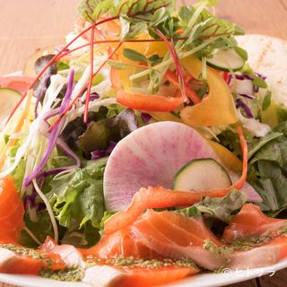 九州全土から新鮮な旬の野菜を仕入れて具だくさんのサラダに
