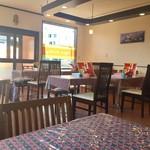 66391383 - テーブル席並ぶ明るい店内です。