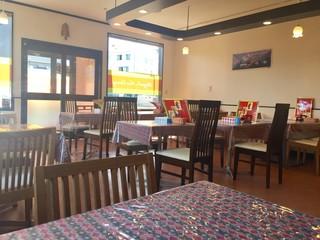ロイヤル ナン カレー - テーブル席並ぶ明るい店内です。