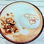 シナモロールカフェ - ナッツのいたずらカプチーノのアップ