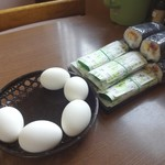 泉善 - 机上のゆで卵(50円)と早すし(150円)、巻きすし(150円)