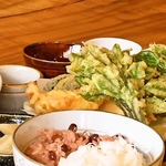 つばめ屋 - 旬の味わいを楽しめる『採れたて山菜の天ぷら』