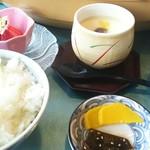 播磨水産 - 茶碗蒸しにお漬け物にご飯に苺(^◇^)