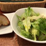 ジーン ダイニング - 自家製パンとサラダ。