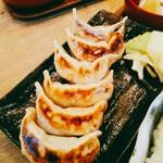 肉汁餃子製作所ダンダダン酒場 - お店の1番のウリの焼き餃子は単品なら6Pで450円(税別)