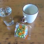 高橋酒店 - 焼酎(お湯割りコップ付き)と豆