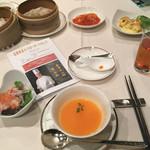 66405177 - フカヒレと蟹スープ(おすすめ)、本日のサラダ、エビチリ、海老マヨ、小籠包他