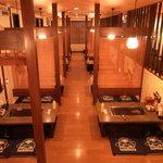 道とん堀 - 内観写真:テーブル、堀り、座敷の三種類を完備。