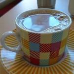 カフェと印度家庭料理 レカ - チャイ。真似して作りたいけど、スパイスの知識がなくて難しそうだ。。。カップの底には少ししか残らないから、ミルでひくんだろうな。