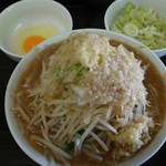 虎丸 - ラーメン全マシ(700円)ねぎ(100円)生卵(50円)