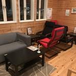 キーズ カフェ トムソーヤ - 店内のカフェスペース、ソファーとラグジュアリーシートでゆったり