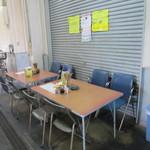 食事処 禅 - 市場側店の外の通路にテーブル席が2卓